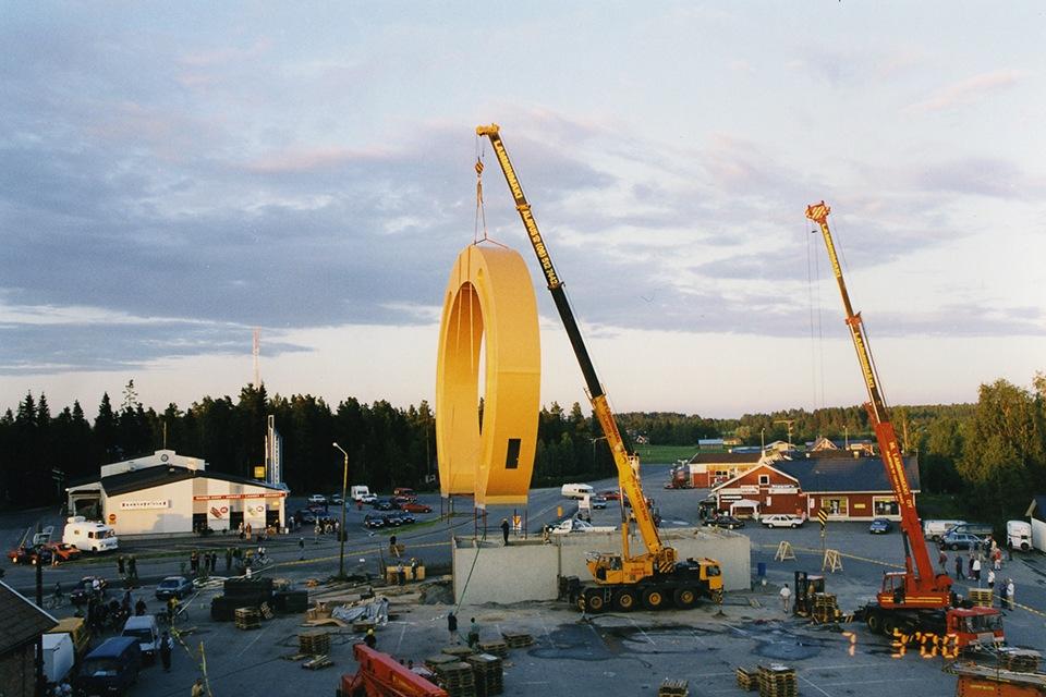OnnenKenkä-monumentti pystytetään Kyläkaupan edustalle.
