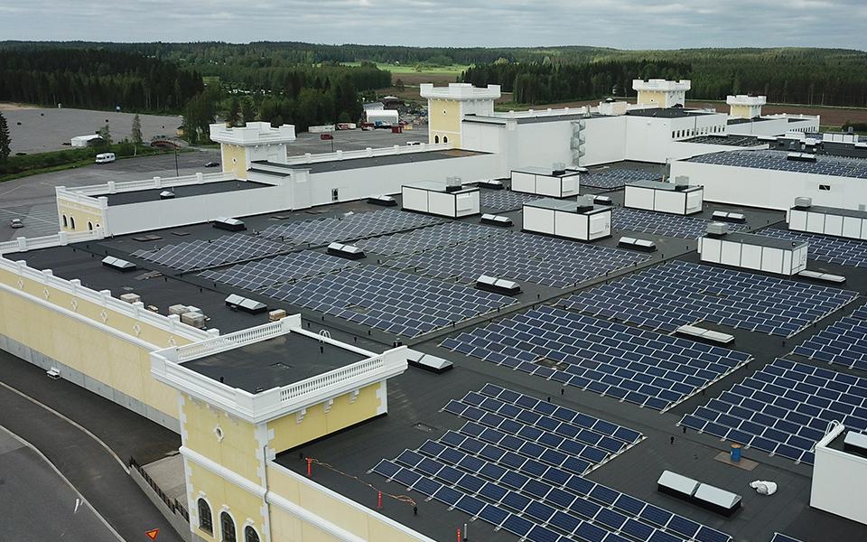 Uusiutuvaa sähköenergiaa tuottava aurinkovoimala otetaan käyttöön